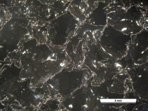Osservazione microscopica di una schiuma in alluminio verniciata.